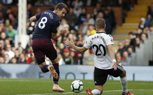 Cú giật gót ghi bàn tinh diệu của Ramsey. Ảnh: AFP.