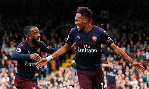 Lacazette (trái) và Aubameyang mừng bàn thắng trên sân Craven Cottage. Ảnh: Reuters.