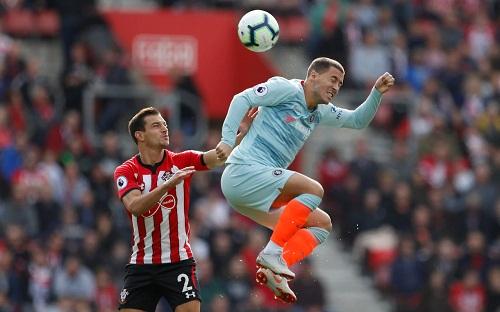 Cedric Suareskhông thể kiềm tỏa tầm hoạt động của Hazard bên cánh trái. Ảnh: Reuters.