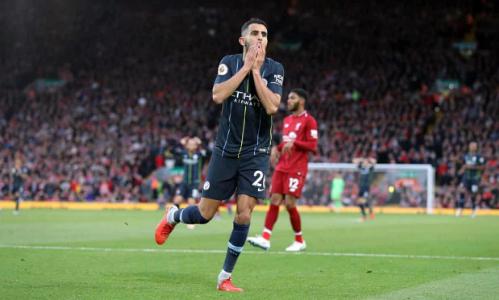Mahrez ôm mặt tiếc nuối sau khi bỏ lỡ cơ hội mang về chiến thắng. Ảnh:PA.