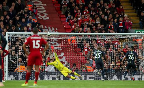 Mahrez đá bóng vọt xà khi Man City hưởng phạt đền vào cuối trận. Ảnh:AFP.