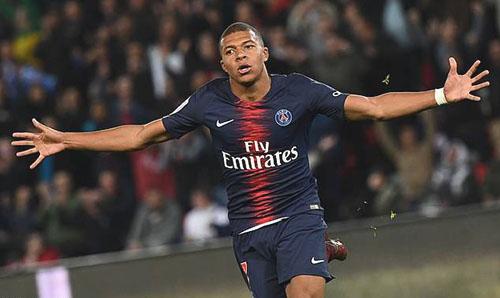 Mbappe mừng bàn thứ tư vào lưới Lyon tối 7/10. Ảnh: AP.