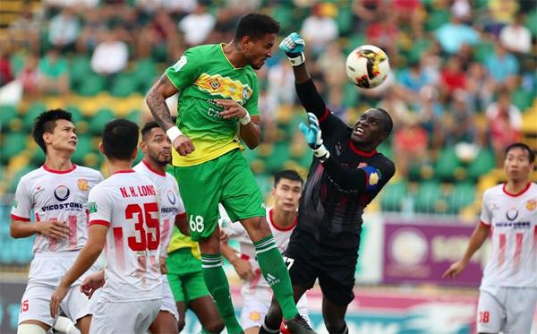 Luiz vượt qua sự truy cản của các hậu vệ Nam Định và nhanh hơn thủ môn Esele trong pha ghi bàn mở tỷ số. Ảnh: Đức Đồng.