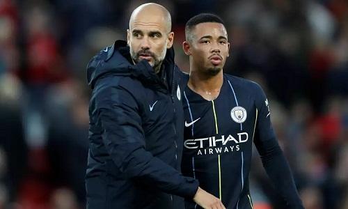 Jesus thất vọng vì Guardiola ngăn anh thực hiện quả phạt đền quan trọng ở trận hòa Liverpool. Ảnh: Reuters.