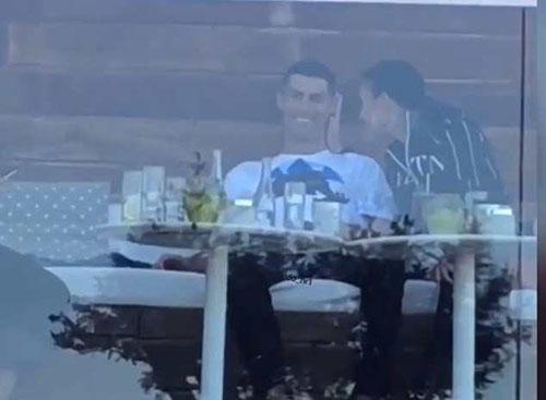 Ronaldo tỏ ra khá vui vẻ khi trò chuyện với bạn gái Georgina. Ảnh: Instagram.