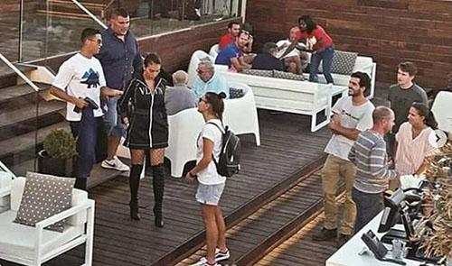 Ronaldo mặc áo trắng, ngoài cùng bên trái xuất hiện tại một nhà hàng ở Bồ Đào Nha. Ảnh: Instagram.