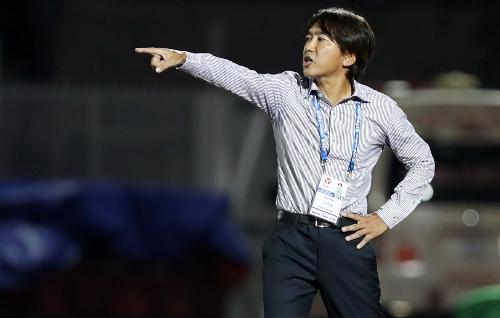 Lối đá thiên về sức mạnh mà Miura áp dụng cho đội bóng không mang lại hiệu quả ở sân chơi V-League. Ảnh: Đức Đồng.