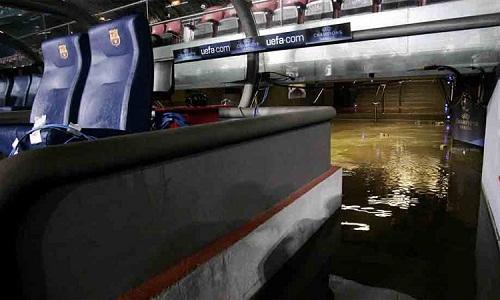Nhiều khu vực trên sân Nou Camp bị ngập do mưa lớn. Ảnh: Sport.