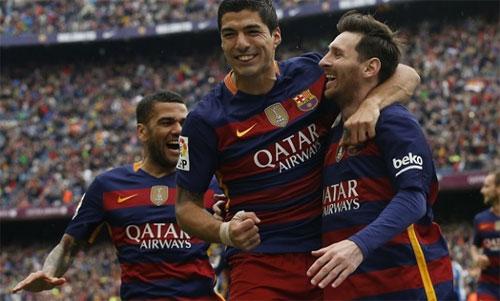 Alves (trái) từng thi đấu nhiều năm ở đỉnh cao phong độ trong màu áo Barca. Ảnh: Reuters