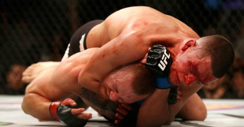 Hình ảnh quen thuộc của McGregor khi bị các đối thủ đè xuống sàn. Ảnh:UFC.