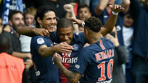 Cavani, Mbappe và Neymar chia vui sau bàn thắng. Ảnh:AFP.