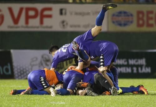 Bình Dương ăn mừng vé vào chung kết Cup Quốc gia nhờ luật bàn thắng sân khách. Ảnh: Đức Đồng