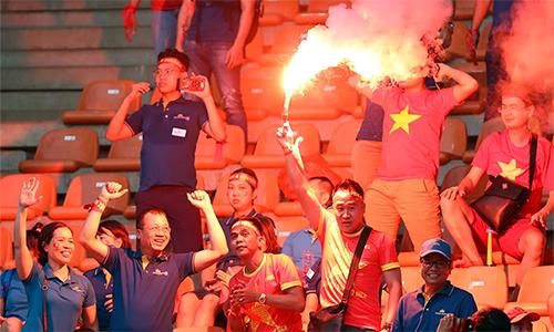 CĐV Việt Nam đốt pháo sáng trên khán đài sân Bogor hôm 29/8. Ảnh: Đức Đồng.