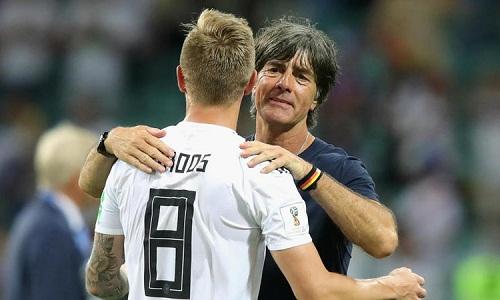 Kroos bênh vực Low trước những chỉ trích mà HLV này phải nhận sau World Cup 2018. Ảnh: AFP.