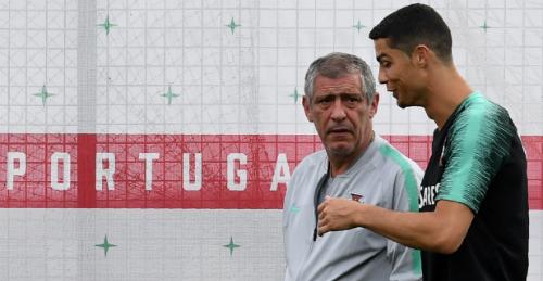 HLV Fernando Santos khen trò cưng Ronaldo dù Bồ Đào Nha vẫn thắng khi thiếu đội trưởng. Ảnh: AFP.