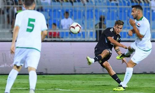 Dybala (áo đen) không ghi được bàn nào, nhưng Argentina quá mạnh so với Iraq. Ảnh: Reuters