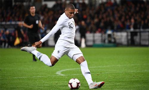Với việc tỏa sáng khi còn rất trẻ, Mbappe đang được dự đoán có thểđạt đến đẳng cấp của Messi và Ronaldo. Ảnh: Reuters