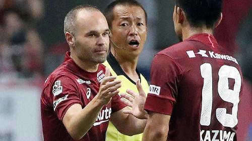 Iniesta (trái) trong màu áo Vissel Kobe. Ảnh: Reuters.