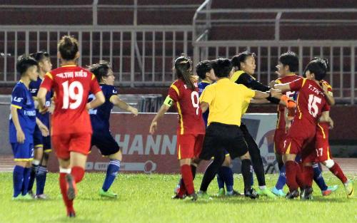 Các cầu thủ TP HCM tổn thất lực lượng trước trận chung kết vì cầu thủ loạn đả với đối phương. Ảnh: Hoàng Vân.