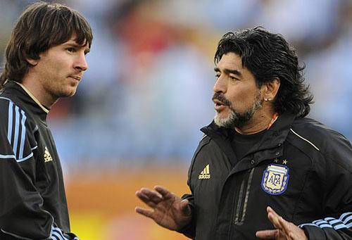 Maradona (phải) từng là thầy của Messi trong hai năm, từ 2008 đến 2010. Ảnh: Reuters.