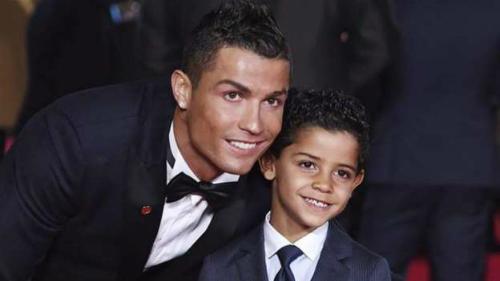 Ronaldo (trái) luôn mong ước con trai trở thành một cầu thủ chuyên nghiệp.
