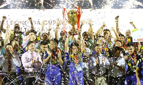 Bình Dương lần thứ ba nâng cao chiếc Cup Quốc gia. Ảnh: Đức Đồng.