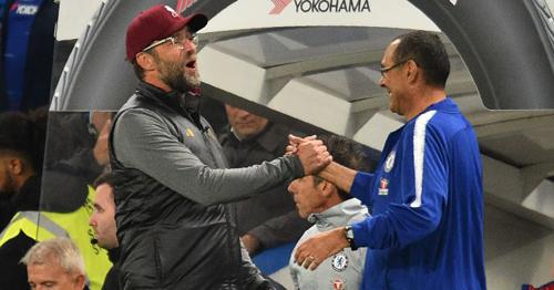Klopp (trái) và Sarri vui vẻ chúc tụng nhau sau trận đấu ở Ngoại hạng Anh hôm 29/9.