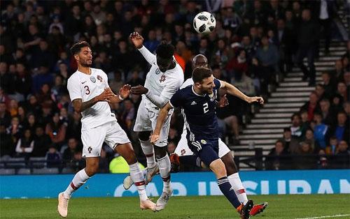 Eder đánh dấu sự trở lại trong màu áo Bồ Đào Nha bằng pha tung người đánh đầu nâng tỷ số lên 2-0.