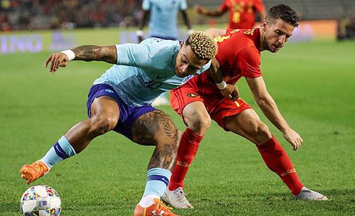 Depay (áo xanh) tranh bóng với cầu thủ Bỉ. Ảnh: EPA.
