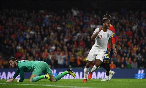 Sterling (áo trắng) là tác giả của cú đúp vào lưới Tây Ban Nha. Ảnh: Reuters