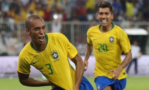 Miranda (trái) chọn đúng vị trí để ghi bàn quyết định.