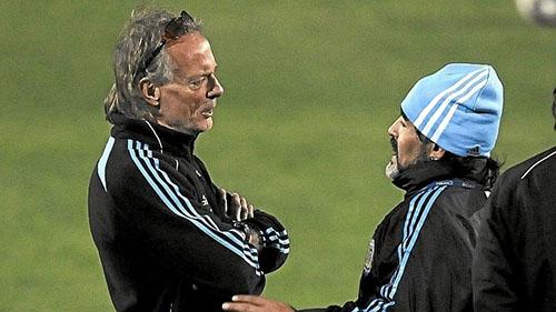 Fernando Signorini, là HLV thể lực của đội tuyển Argentina dưới thời Diego Maradona. Ông từng tận mắt thấy Cậu Bé Vàng thị phạm và giúp đỡ Messi cách sút phạt khi hai người là thầy trò ở ĐTQG từ năm 2008 đến 2010