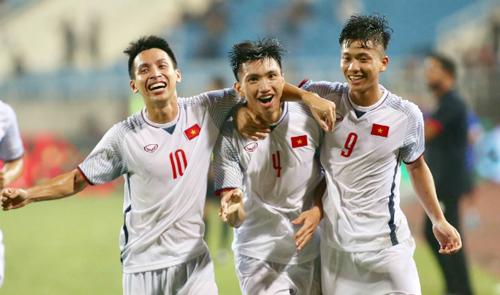 Văn Hậu (số 4) ăn mừng siêu phẩm giúp Olympic Việt Nam đánh bại Oman 1-0 ngày 5/8. Ảnh: Lâm Thoả