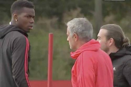 Pogba (trái) và Mourinho tỏ thái độ bực bội với nhau trên sân tập Carrington.