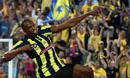 Bolt rất thích thú với mục tiêu chơi bóng chuyên nghiệp. Ảnh: Reuters