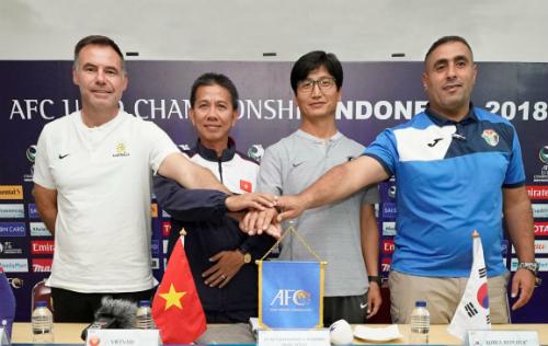 HLV Hoàng Anh Tuấn (thứ hai từ trái qua) cùng tuyên chiến với ba HLV ở bảng C. Ảnh: VFF.