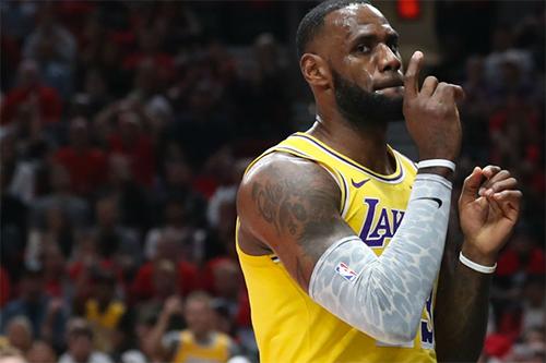 James chưa thể bắt nhịp với lối chơi của Lakers. Anh chuyền hỏng khá nhiều ở trận này. Ảnh: Reuters.