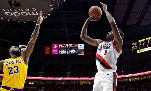 LeBron James (trái) không thể giúp Lakers chấm dứt mạch toàn thua Trail Blazers kéo dài hơn bốn năm. Ảnh: AP.