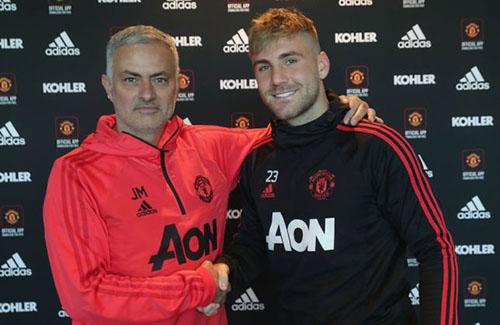 Luke Shaw (phải) đứng cạnh Mourinho trong buổi ký hợp đồng mới. Ảnh: MUFC.