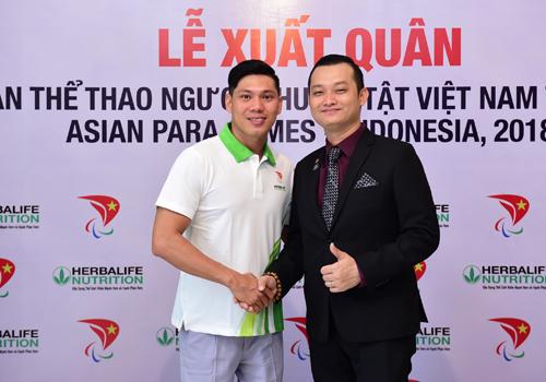Ông Phạm Tường Huy - Tổng giám đốc Herbalife Việt Nam - động viên Võ Thanh Tùng trong lễ xuất quân.