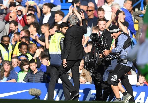 Mourinho giơ ba ngón tay hướng về đám đông CĐV Chelsea khi hết trận, ám chỉ ông từng ba lần vô địch Ngoại hạng Anh tại Stamford Bridge. Ảnh: DM.