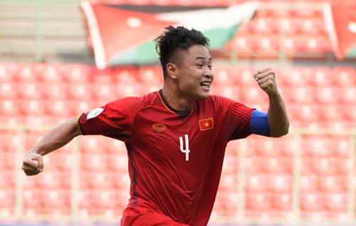 Văn Tới kiến tạo cho Mạnh Dũng mở tỷ số khi Việt Nam thua Jordan 1-2 ngày 19/10.