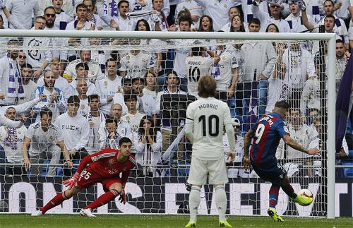 Ít ai ngờ Real để thua hai bàn trong 13 phút đầu. Ảnh: Reuters
