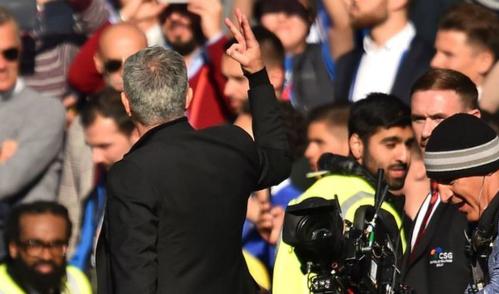 Mourinho giơ ba ngón tay về phía CĐV Chelsea. Ảnh: BBC.
