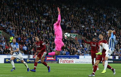 Alex Pritchard đưa bóng vào lưới Liverpool trong hiệp một nhưng trọng tài không công nhận vì lỗi việt vị.