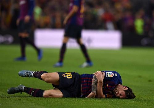 Messi nằm sân trong trận gặp Sevilla. Ảnh:EFE.