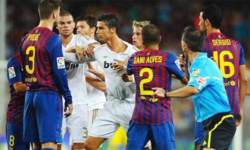 El Clasico luôn có nhiềupha bóng gây tranh cãi. Ảnh: Reuters