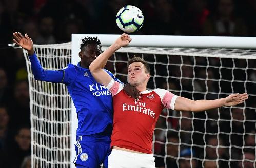 Hàng thủ Arsenal chịu sức ép lớn lúc đầu trận. Đây là tình huống Holding (phải) để bóng chạm tay nhưng trọng tài không thổi phạt đền.