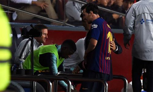 Messi bị gãy tay phải trong trận thắng Sevilla cuối tuần trước. Ảnh: Reuters