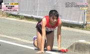 Nữ VĐV Nhật Bản bò 200 mét trên đường nhựa sau khi chấn thương
